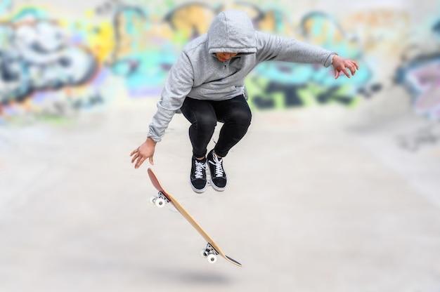 Jeune patineur faisant du saut au skate park.