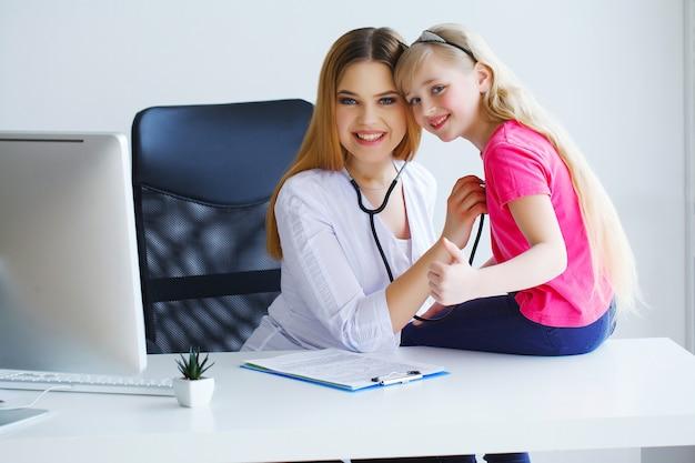 Une jeune pédiatre éminente adore faire son travail