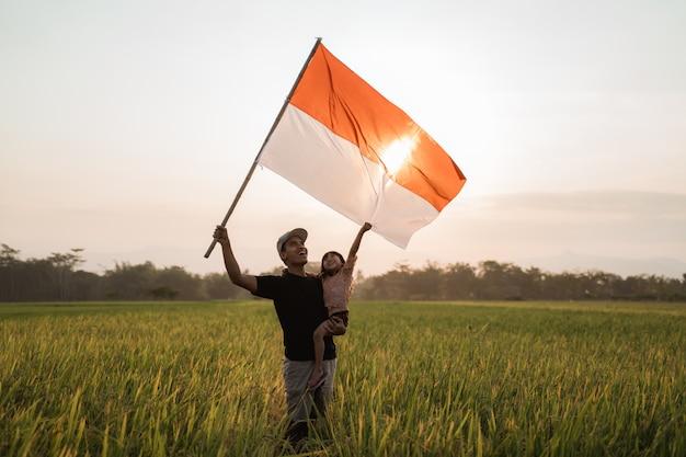 Jeune père asiatique avec doughter battant pavillon indonésien