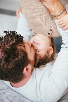 Jeune père embrassant un enfant