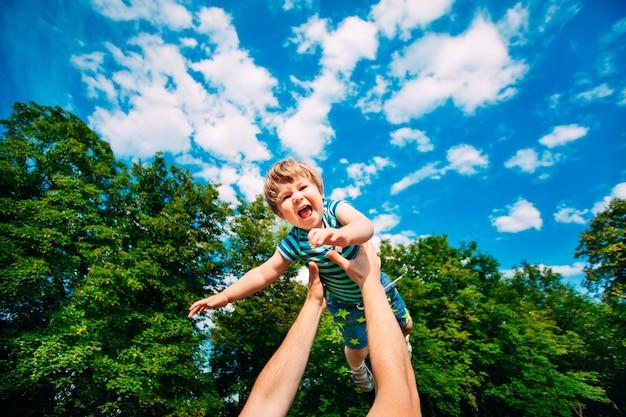 Jeune père et fils jouant dans le parc.