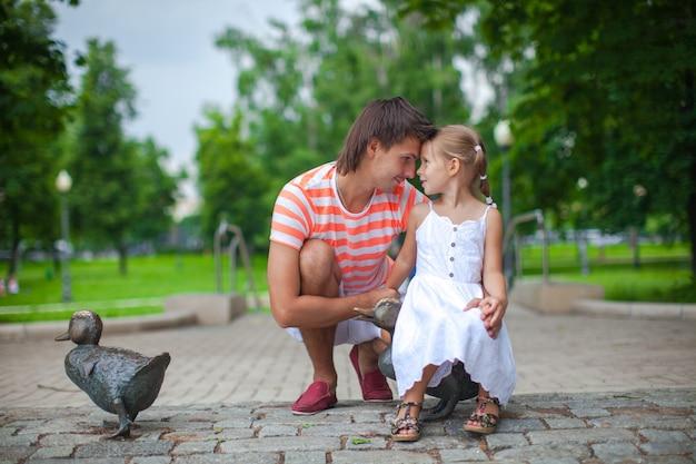 Jeune père heureux avec sa fille dans le parc s'amuser