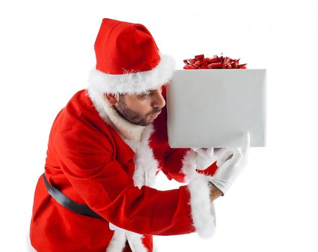 Jeune père noël avec une boîte cadeau