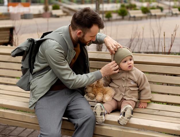 Jeune père passant du temps avec sa fille