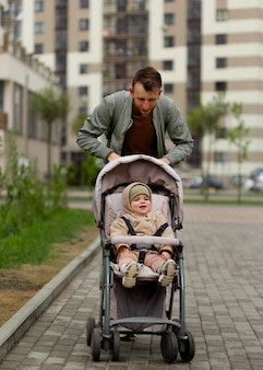 Jeune père passant du temps avec son adorable fille