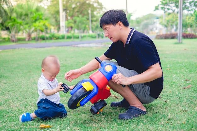 Jeune père passe du temps avec son petit garçon mignon bébé asiatique