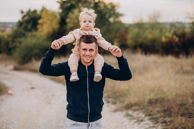 Jeune père avec petit fils dans le parc