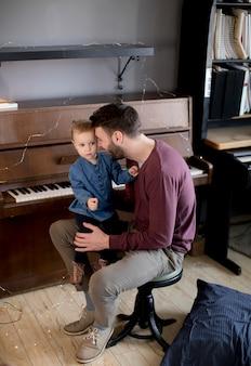 Jeune père et petite fille dans la chambre