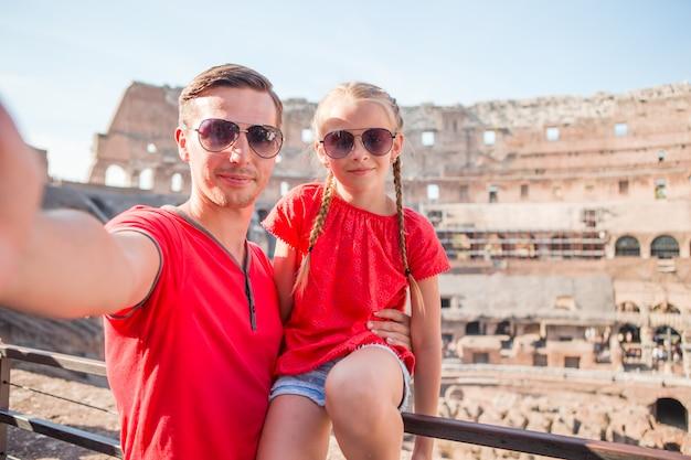 Jeune père et petite fille faisant selfie