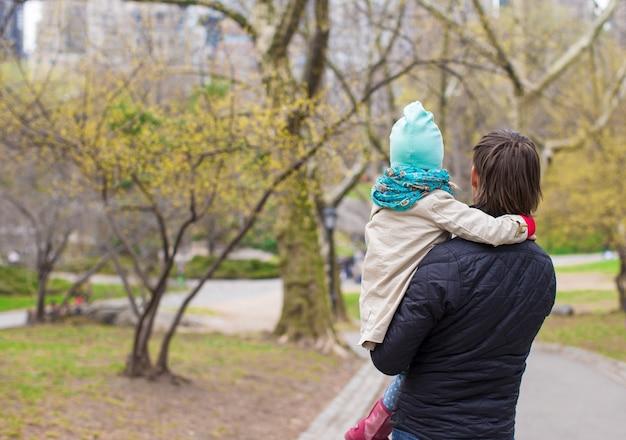 Jeune père et petite fille se promener dans central park