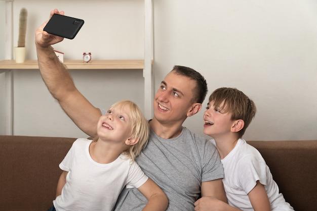 Le jeune père et ses fils se sont photographiés dans une nouvelle maison.