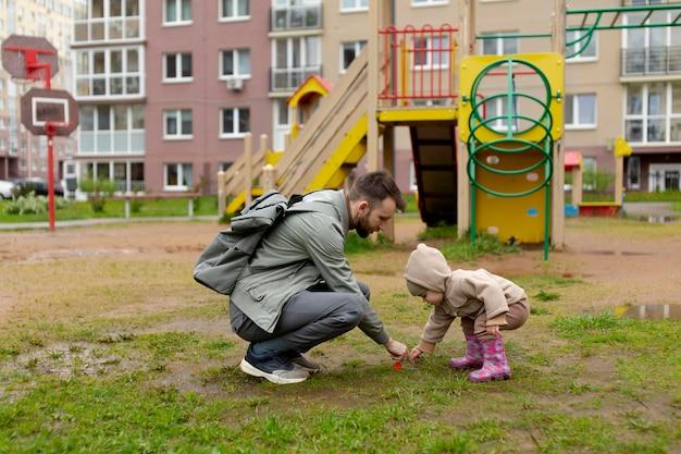 Jeune père avec son bébé