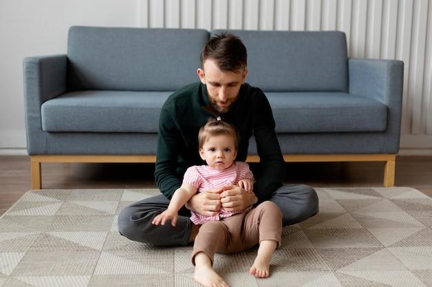 Jeune père avec son enfant