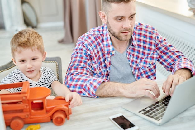Jeune père travaillant à domicile