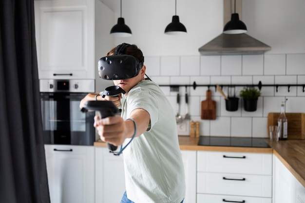 Jeune personne jouant à des jeux vidéo avec des lunettes vr