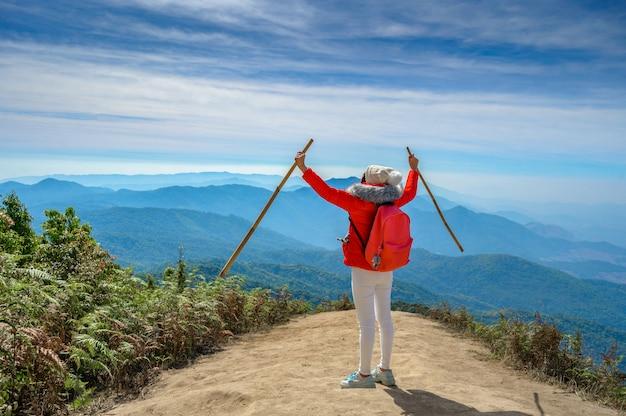 Jeune personne marchant sur une colline à doi inthanon, chiang mai, thaïlande