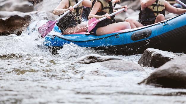 Jeune personne de rafting sur la rivière