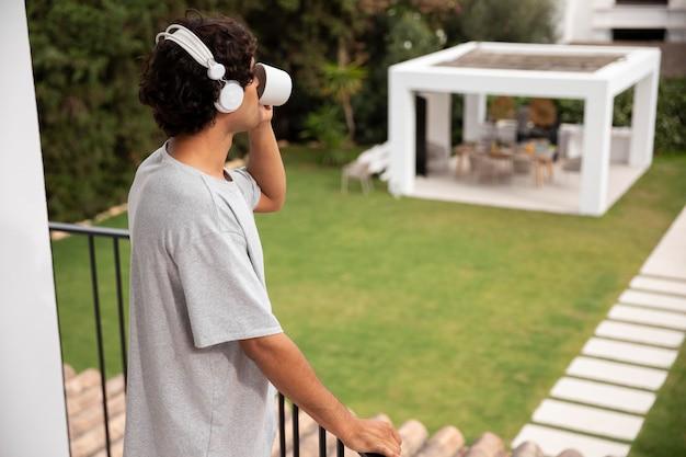 Jeune personne relaxante en écoutant de la musique