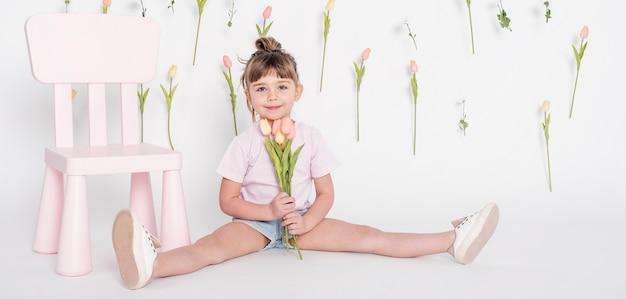 Jeune, petite fille, tenue, tulipes