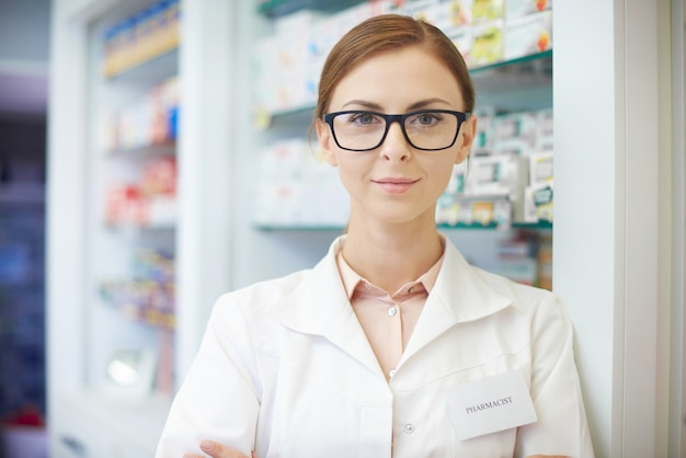 Jeune pharmacien debout en pharmacie