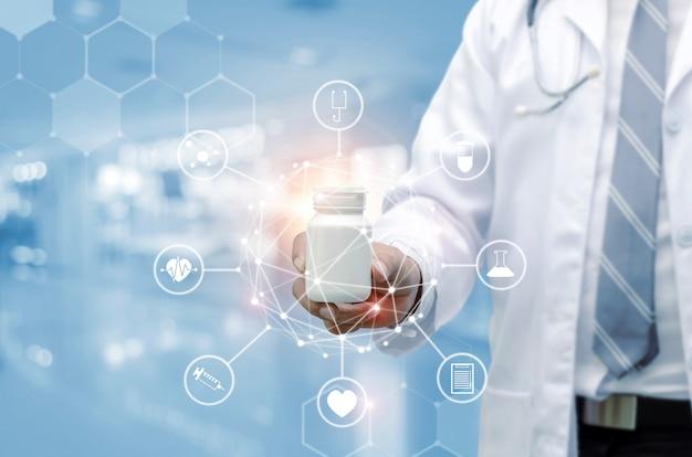 Jeune pharmacien docteur avec main de stéthoscope tenant un flacon de médicament blanc