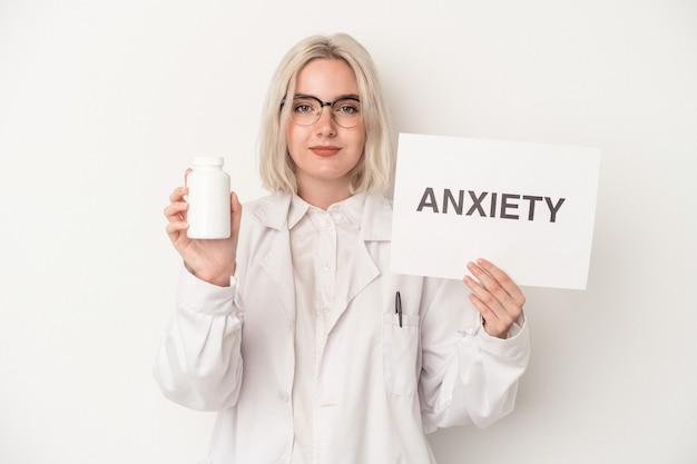 Jeune pharmacien woman holding pills et carton dépression isolé sur fond blanc