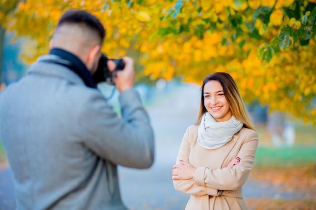 Jeune photographe avec appareil photo et modèle