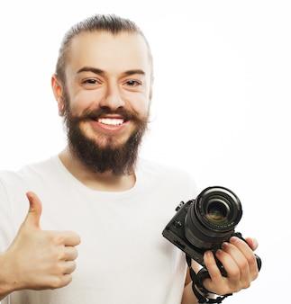 Jeune photographe avec appareil photo numérique.