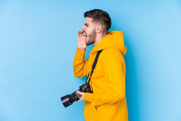 Jeune photographe caucasien
