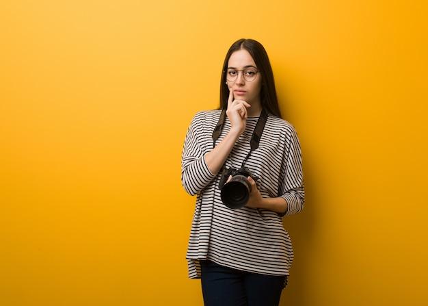 Jeune photographe doutant et confuse