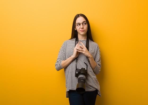 Jeune photographe femme élaborant un plan