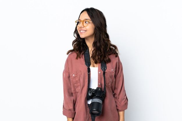 Jeune photographe femme sur mur blanc isolé à côté