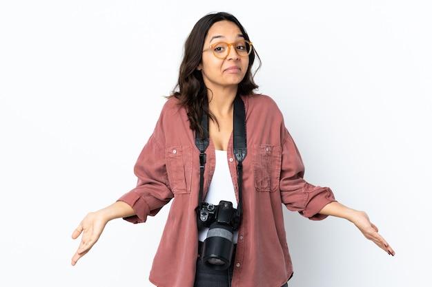 Jeune photographe femme sur mur blanc isolé heureux et souriant