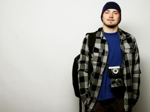 Jeune photographe sur fond blanc