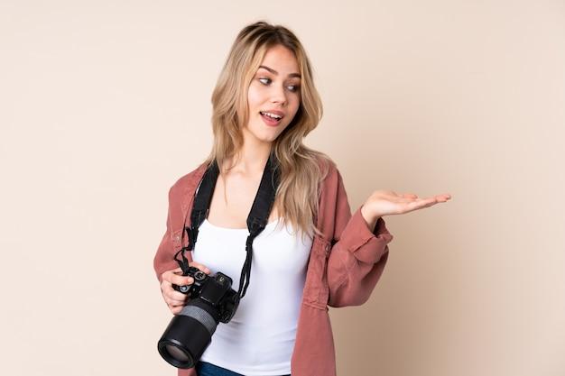 Jeune, photographe, girl, isolé, mur, tenue, fond, deux, mains