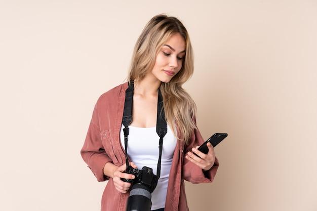 Jeune, photographe, girl, mur, tenue, café, emporter, mobile