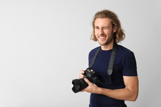 Jeune photographe masculin