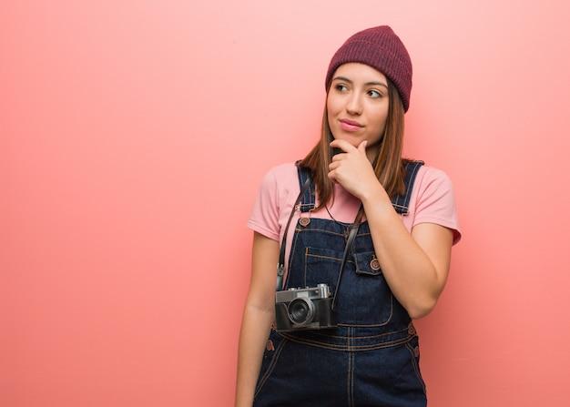 Jeune photographe mignonne doutant et confuse
