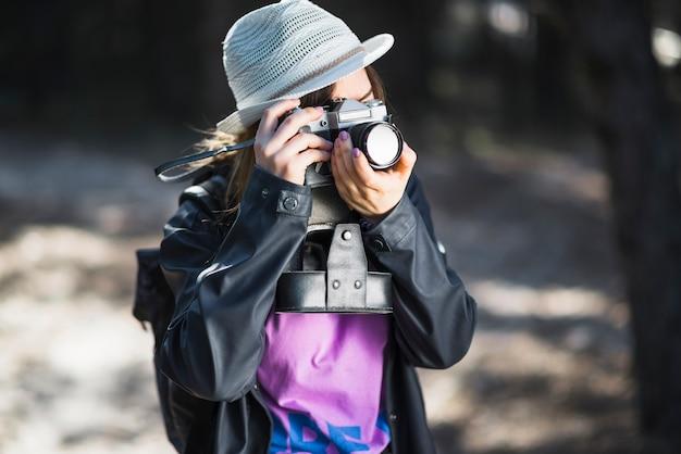 Jeune photographe prenant des photos de la nature