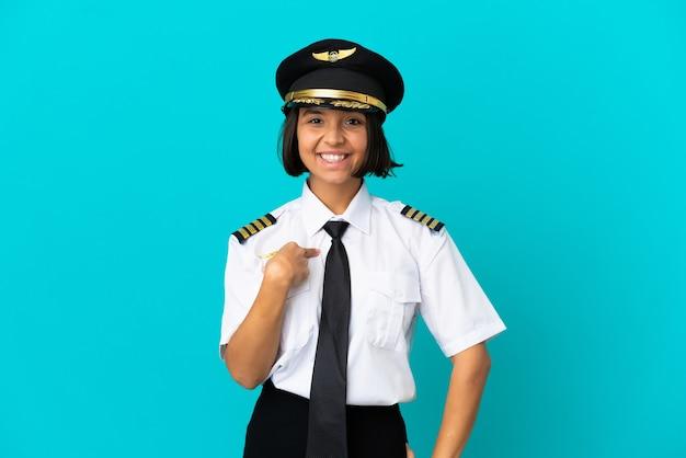 Jeune pilote d'avion sur fond bleu isolé avec une expression faciale surprise