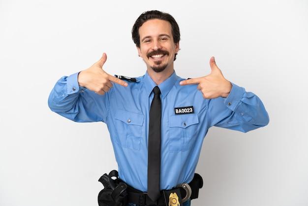 Jeune policier sur fond isolé blanc fier et satisfait de lui-même