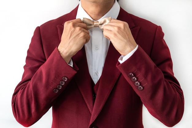 Jeune, porter, rouges, complet, noeud papillon