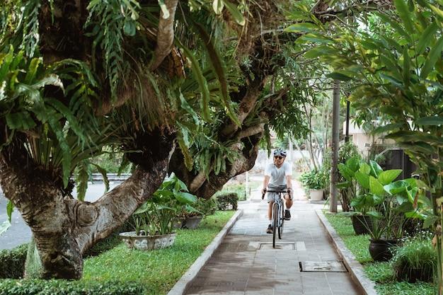 Jeune, porter, vélo, casques, équitation, bicyclette