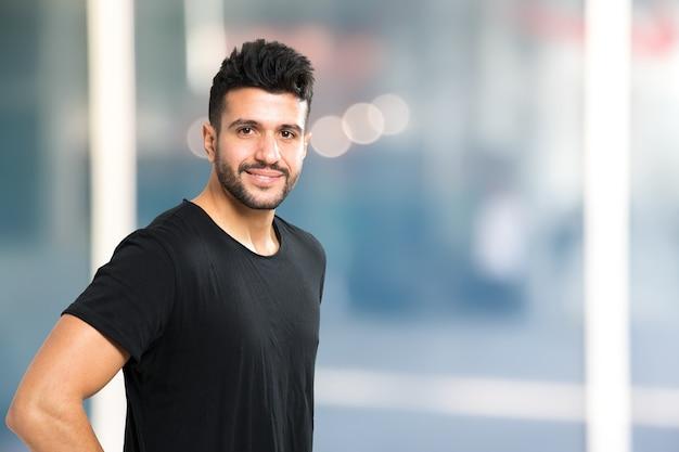 Jeune portrait d'homme souriant