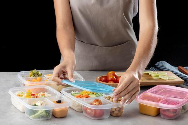 Jeune Pratiquant La Cuisson Par Lots Avec Des Aliments Sains Photo gratuit