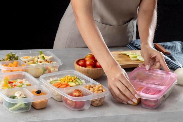 Jeune pratiquant la cuisson par lots avec des aliments sains