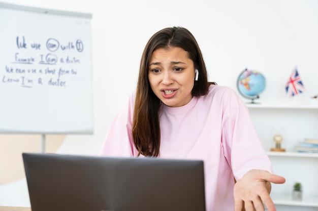 Jeune professeur d'anglais faisant ses cours en ligne