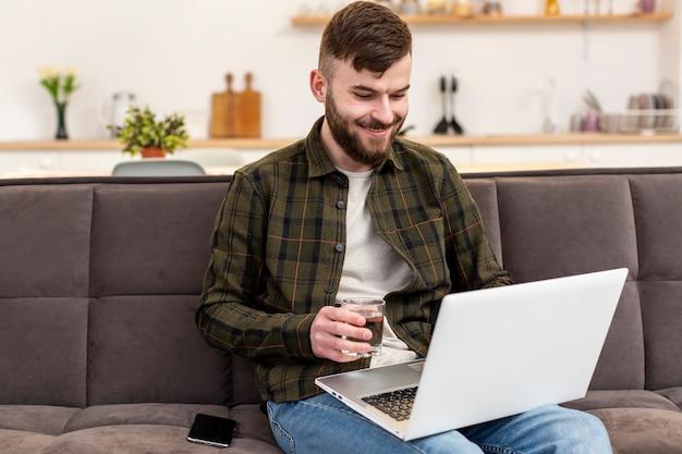 Jeune professionnel appréciant le travail à domicile