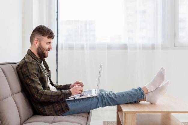 Jeune professionnel heureux de travailler à domicile