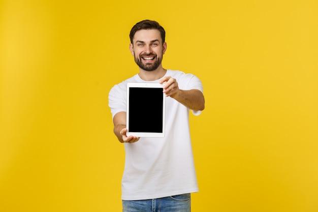 Jeune programmeur créatif présente avec un sourire sur son visage affiche une tablette.